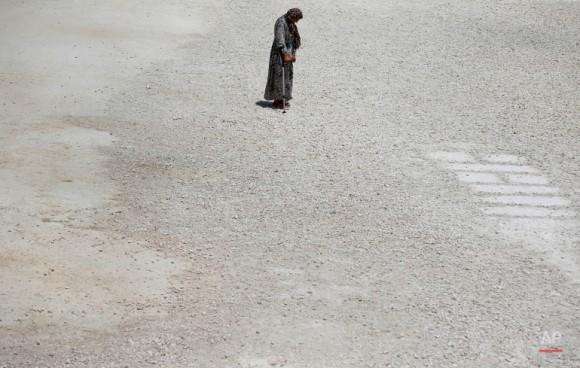 Un refugiado sirio camina al campo de refugiados en Surc. Foto: Emrah Gurel/ AP
