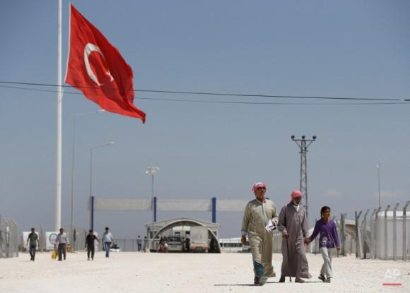 Refugiados sirios caminan por el campo de refugiados de Suruc. Foto: Emrah Gurel/ AP