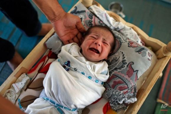 Niña musulmana de 20 días de nacida nacida de refugiados sirios en el campo de refugiados de Suruc. Foto: Emrah Gurel/ AP