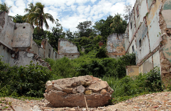 La pieza del artista cubano José Eduardo Yaque consiste en la creación del fósil de una bicicleta. Foto: Ladyrene Pérez/ Cubadebate