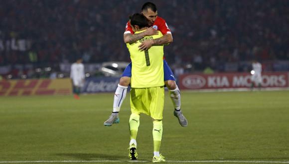 Medel y Bravo se abrazan tras el triunfo ante Bolivia. Foto: Felipe Trueba / EFE.
