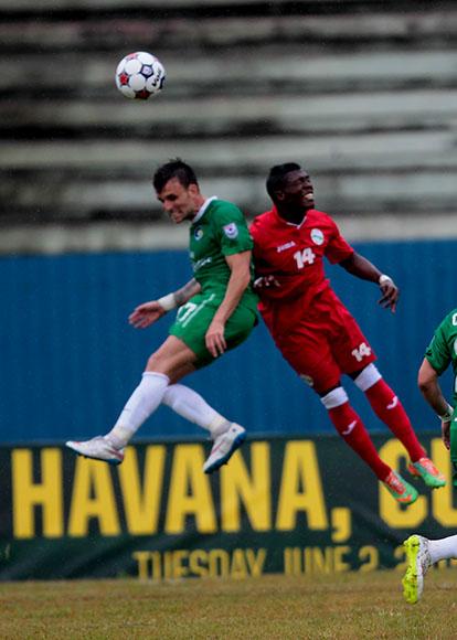 El Cosmos de Nueva York brilló sobre la grama del estadio Pedro Marrero y acabó goleando a la selección cubana de fútbol (4-1). Foto: Ismael Francisco/ Cubadebate