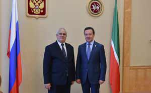 Emilio Lozada, embajador de Cuba ante Moscú, con Ildar Khalikov, primer ministro de la República de Tatarstán. Foto: Tomada de Prensa Latina.