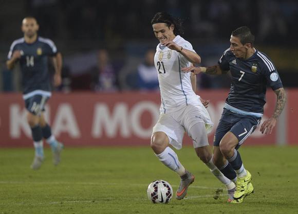 Di María y Cavani disputan un balón. Foto tomada del perfil en twitter de la Copa América 2015