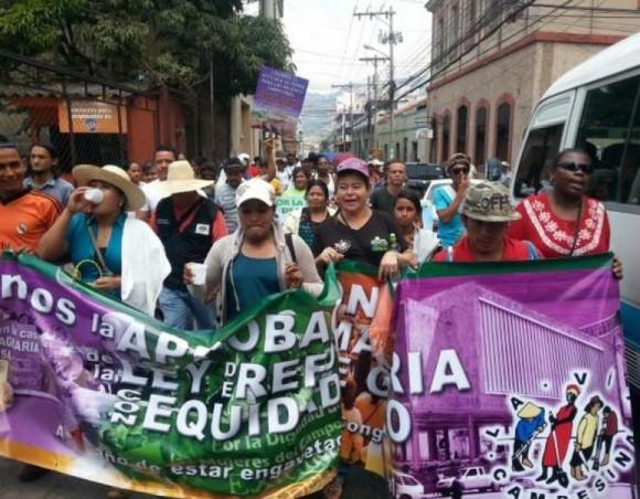 Marcha en Honduras por sexto aniversario de golpe de Estado a Zelaya