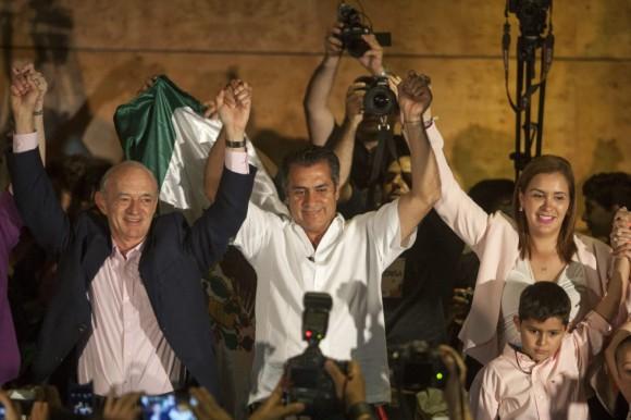 El candidato independiente Jaime Rodríguez, conocido como 'El Bronco', celebra los resultados en la ciudad de Monterrey, donde aseguró tener ventaja en las encuestas para convertirse en gobernador del norteño Estado de Nuevo León. Foto: EFE.