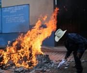 Un hombre quema material electoral en Tixtla (Guerrero), donde ciudadanos han boicoteado la jornada electoral. Foto: AFP.