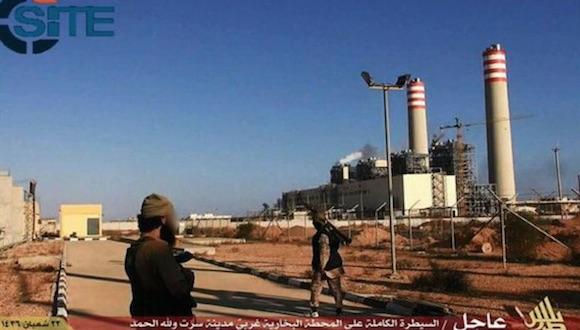 """El Estado Islámico publicó fotografías que muestran """"combatientes del EI luchando, sentados encima de armas pesadas, inspeccionando la central y la ciudad"""". Imagen tomada de la cuenta de Twitter @siteintelgroup"""