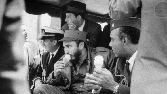 El líder cubano Fidel Castro disfrutando de un helado en el Zoológico del Bronx, durante su visita a Estados Unidos abril 1959. Foto: The New York Times/ Getty Images