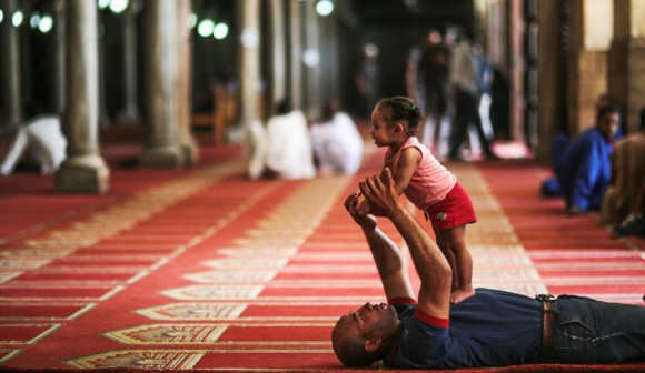 Un padre juega con su hija después de las oraciones en la mezquita Al-Azhar en el barrio islámico de El Cairo. Foto: Mosa'ab Elshamy/ AP.