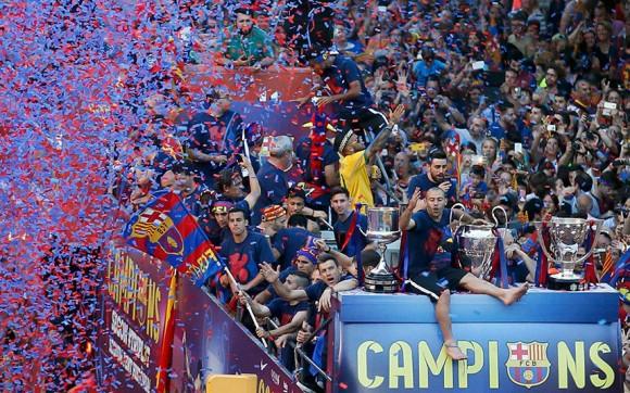 Javier Mascherano y sus compañeros celebran desde un autobús descubierto durante la celebración del desfile. De Barcelona se coronó reyes de Europa por quinta vez después de vencer a la Juventus por 3-1 en una final de la Champions pulsante en el Estadio Olímpico. Foto: Albert Gea/ Reuters.