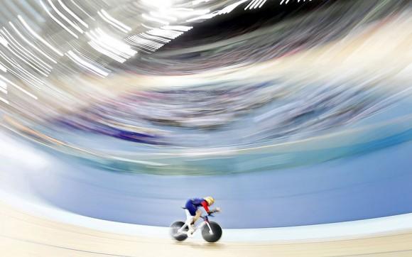 Bradley Wiggins pedalea durante su intento de romper el récord de horas de ciclismo en el velódromo olímpico en el este de Londres. Foto: Andrew Winning/ Reuters.
