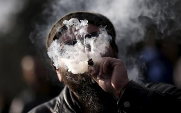 Un hombre fuma marihuana durante una manifestación contra el narcotráfico ya favor de la legalización de la marihuana de cosecha propia con fines medicinales y recreativos en Santiago. Foto: Ueslei Marcelino/ Reuters.