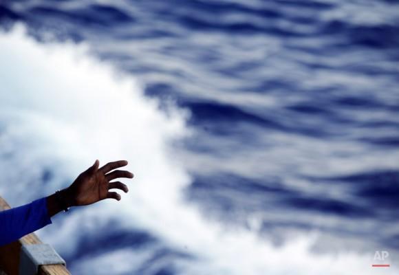 Un migrante extiende su brazo desde la cubierta de la Armada del buque belga Godetia después de ser rescatado durante una misión de búsqueda y rescate en el mar Mediterráneo frente a las costas libias. Foto: Gregorio Borgia/ AP.