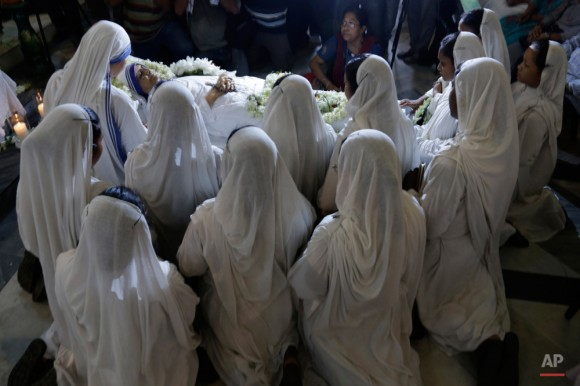 Las monjas rezan ya que rodean el cuerpo de Sor Nirmala Joshi, que sucedió a la Madre Teresa como la cabeza de las Misioneras de la Caridad, en Calcuta, India, el martes, 23 de junio de 2015. El 81-años de edad, monja, cuya salud se había ido disminuyendo en los últimos días, murió la madrugada del martes. Foto: Bikas Das/ AP.