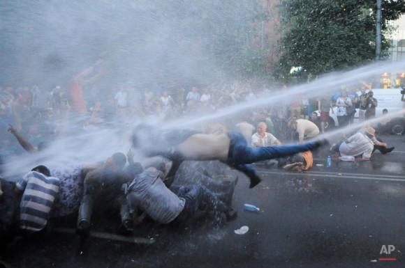 La policía armenia utilizan cañones de agua para dispersar a los manifestantes que demuestran un aumento de precios de la electricidad en la capital armenia de Ereván, martes, 23 de junio de 2015. Varios miles de manifestantes marcharon hacia la residencia presidencial en la capital armenia el martes para protestar por un alza en los precios de la electricidad, renovando su manifestación en un número aún mayor cuando la policía antidisturbios utilizó cañones de agua para dispersar a la fuerza ellas al principio del día. Foto: Narek Aleksanyan/ AP.