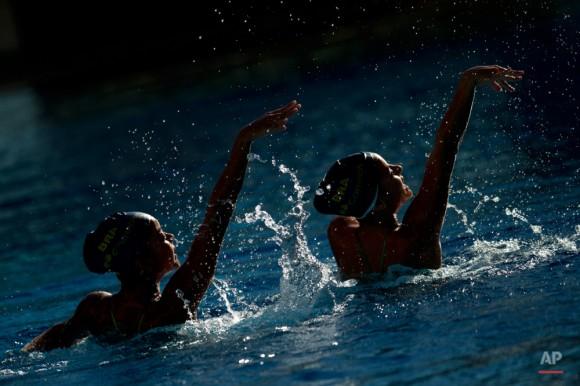 Nadadores sincronizados brasileños Julia Catarina y Ana Julia Veloso realizan durante las celebraciones del Día Olímpico Internacional en el Centro Acuático Maria Lenk, en Río de Janeiro, Brasil, el martes, 23 de junio de 2015. Brasil será la sede de los Juegos Olímpicos de Verano 2016. Foto: Felipe Dana/ AP.