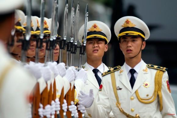 Los miembros de una guardia de honor de China se preparan para una ceremonia de bienvenida para el Bélgica Rey en Beijing, martes, 23 de junio de 2015. Los organizadores chinos de un desfile que marca el final de la Segunda Guerra Mundial estaban manteniendo mamá martes sobre la delicada cuestión de qué países extranjeros 'los militares habían sido invitados a participar. Foto: Ng Han Guan/ AP.