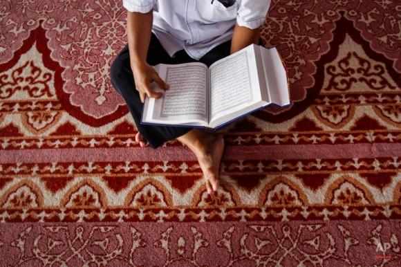 Un hombre musulmán de Malasia recita el Sagrado Corán, antes de las oraciones Zohar en una mezquita durante el mes sagrado del Ramadán del Islam, en Putrajaya, Malasia el martes 23 de junio de 2015. Durante el Ramadán, los musulmanes se abstienen de comer, beber, fumar y el sexo desde el amanecer hasta el anochecer. Foto: Joshua Paul/ AP.