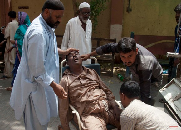 Un paciente a un hospital que sufre de un golpe de calor en Karachi. Una ola de calor abrasador en toda ciudad meridional paquistaní de Karachi ha matado a más de 400 personas, dijeron las autoridades el martes, mientras las morgues se desbordaron con los muertos y hospitales abrumados lucharon para ayudar a aquellos que se aferran a la vida. Foto: Shakil Adil/ AP.