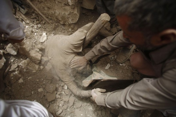 Desde hace más de 11 semanas, la coalición liderada por Arabia Saudí ha estado bombardeando las posiciones de los huthis, que controlan buena parte de Yemen, en un intento por reinstaurar en el poder al exiliado presidente Abdo Rabbu Mansur Hadi y apoyar a los combatientes locales. En la imagen, varias personas rescatan el cuerpo de un hombre entre los escombros de un edificio. Foto: AP.