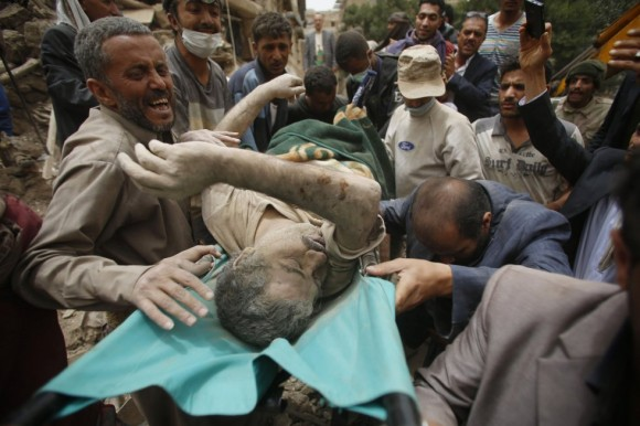 Al menos seis personas han muerto y varias más han resultado heridas este viernes en un bombardeo de la coalición liderada por Arabia Saudí en la Ciudad Vieja de Saná, capital de Yemen, declarada Patrimonio de la Humanidad por la UNESCO. En la imagen, un herido es trasladado tras ser rescatado de entre los escombros de un edificio. Foto: AP.