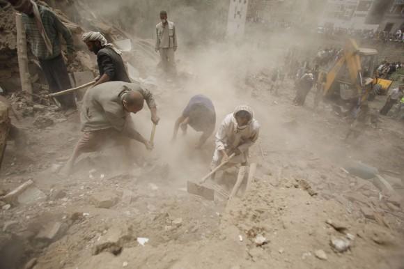 Los bombardeos, que comenzaron a primera hora de la mañana, han destruido cinco casas y han provocado daños en otros edificios. En la imagen, varias personas buscan supervivientes entre los escombros de un edificio. Foto: AP.