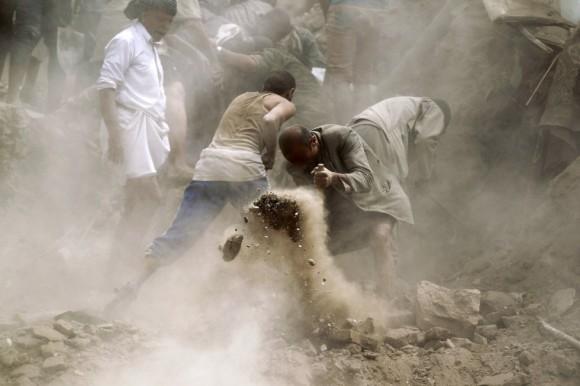 """El enviado especial de Naciones Unidas para Yemen, Ismail Ould Cheikh Ahmed, se reunirá por separado con las partes yemeníes enfrentadas durante las llamadas """"conversaciones de proximidad"""" que se celebrarán a partir del domingo en Ginebra, con la esperanza de que Gobierno yemení y rebeldes huthis """"acaben sentándose al final a la misma mesa"""", según el portavoz de la ONU Ahmad Fawzi. En la imagen, varias personas retiran escombros de un edificio tras el bombardeo. Foto: AFP."""