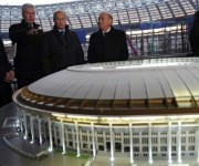 El expresidente de la FIFA, Joseph Blatter, y el presidente, Vladimir Putin, observan una de las maquetas de los proyectos para Rusia 2018. Foto: AFP.