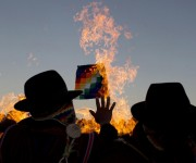 Líderes religiosos andinos realizan un ritual de año nuevo en las ruinas de la antigua civilización de Tiwanaku, en Bolivia. La comunidad Aymara de ese país celebra el año 5,523, así como el solsticio de invierno del hemisferio sur, que marca el inicio de un nuevo ciclo agrícola. Foto: AP