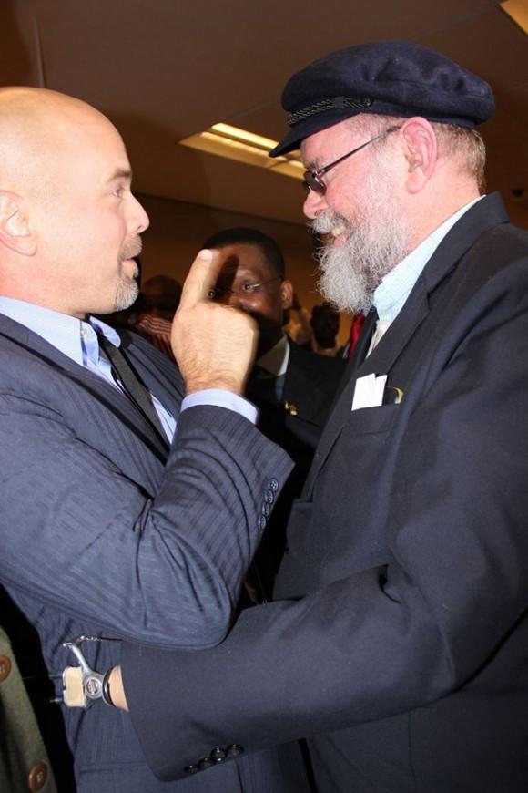 El padre sudafricano Michael Lapsley y Gerardo Hernández. Foto: Deisy Francis Mexidor/ Prensa Latina.