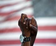Miles de manifestantes se encontraron en medio del puente principal de Charleston, Carolina del Sur, para mostrar unidad frente al racismo luego de que nueve personas fueran asesinadas en esa ciudad. Foto: AP