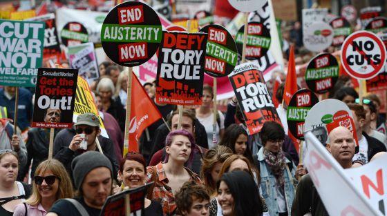 Miles de personas se concentraron en la capital de Inglaterra para participar en una marcha en contra de los recortes económicos del Gobierno. Foto: EFE