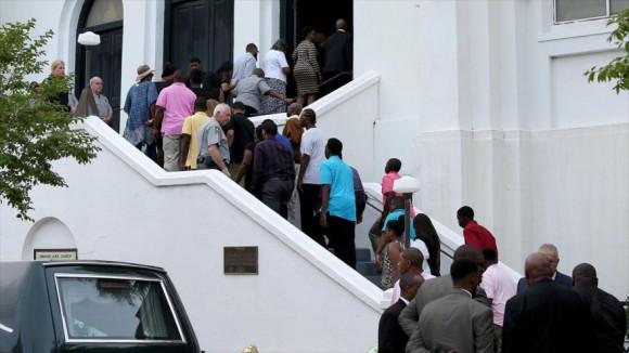 Familiares, amigos y vecinos de Charleston (Carolina del Sur, este de Estados Unidos) acuden a los funerales de las víctimas de la matanza de la iglesia afroamericana Emanuel, 25 de junio de 2015. Foto: AP