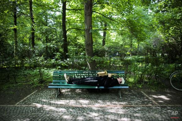 Saxofonista en el parque Tiergarten, cerca de la Puerta de Brandenburgo, en el centro de Berlín. Foto: Markus Schreiber/ AP.