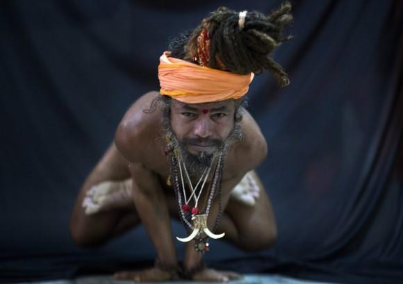 Un hindú muestra la postura del cuervo o Kakasana en la ciudad de Gauhati. Foto: AP.