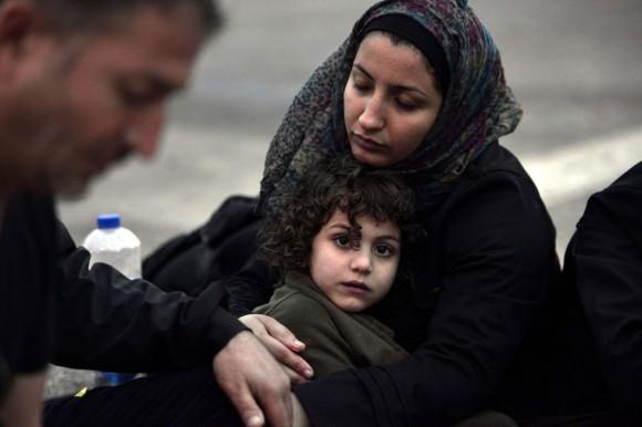 Una mujer siria abraza a su hija tras llegar a las costas de la isla griega de Lesbos. Foto: AFP.