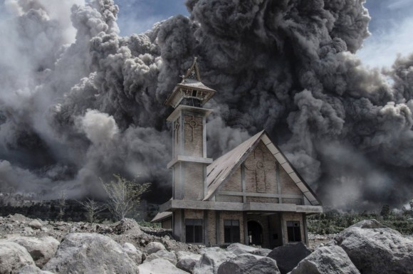 Una densa nube de cenizas volcánicas del Monte Sinabung cubren el cielo de Karo, en la provincia de Sumatra del Norte de Indonesia. Foto:  AFP.
