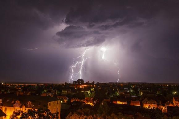 Un relámpago ilumina el cielo sobre la localidad de Nagykanizsa, Hungría. Foto: EFE.