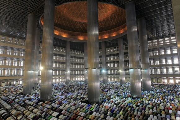 Musulmanes indonesiosen la mezquita de Istiqlal durante los primeros rezos del viernes del Ramadán en Yakarta (Indonesia). Foto: EFE.