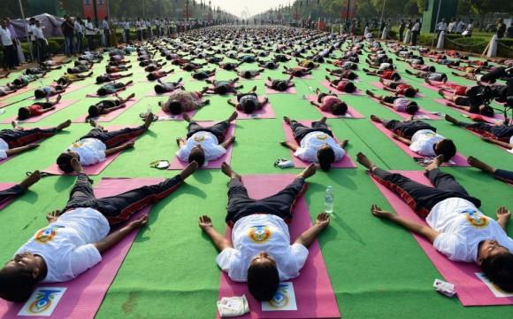 El domingo se celebra en Nueva Delhi (India) el primer Día Internacional de Yoga. Centenares de personas participan en un ensayo para batir el récord Guinness. Foto: AFP.