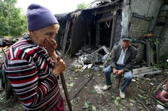 Dos ancianos contemplan lo que queda de su casa tras ser destruida durante un bombardeo entre las fuerzas ucranianas y los separatistas prorrusos en la ciudad ucraniana de Donetsk. La Unión Europea dio luz verde a un aumento de 18 millones de euros a los fondos de la misión especial vigilancia en Ucrania de la Organización para la Seguridad y la Cooperación en Europa. Foto: AFP.