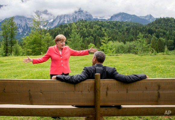 La canciller alemana, Angela Merkel, habla con el presidente estadounidense, Barack Obama, en Schloss Elmau hotel cerca de Garmisch-Partenkirchen, Alemania meridional, Lunes 08 de junio 2015 durante la cumbre del G-7. Foto: Michael Kappeler/ AP.