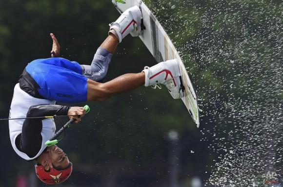 Mark Howard Griffin de Filipinas compite en la semifinal de wakeboard de los hombres en los SEA Games en Singapur, Jueves, 11 de junio 2015. Foto: Joseph Nair/ AP.