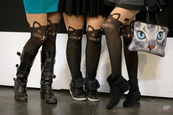 tres mujeres posan para fotos en la primera vez convención dedicada a los gatos CatConLA en Los Ángeles. Jae C. Hong