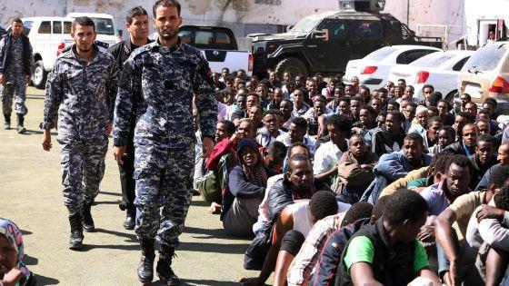 Militares libios retienen a un grupo de inmigrantes que trataban de cruzar a Europa, el 17 de mayo. Foto: EFE.