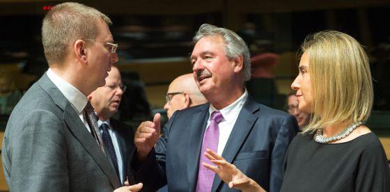 La alta representante para la Política Exterior Europa, Federica Mogherini, conversa con otros dos ministros en Luxemburgo. Foto: AP.