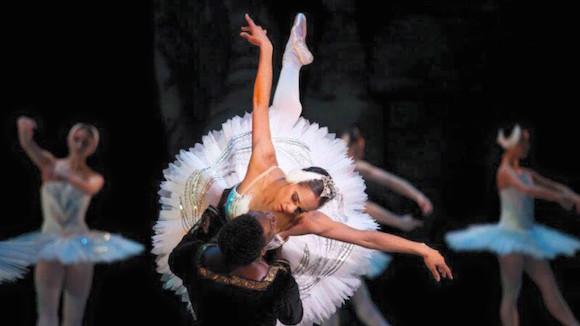"""Misty Copeland, quien asume el papel protagonista del popular ballet """"El lago de los cisnes"""", que representa el American Ballet Theatre (ABT), lo que la convierte en la primera mujer de su raza en obtener este rol en la historia de la ópera metropolitana de Nueva York. Foto: EFE"""
