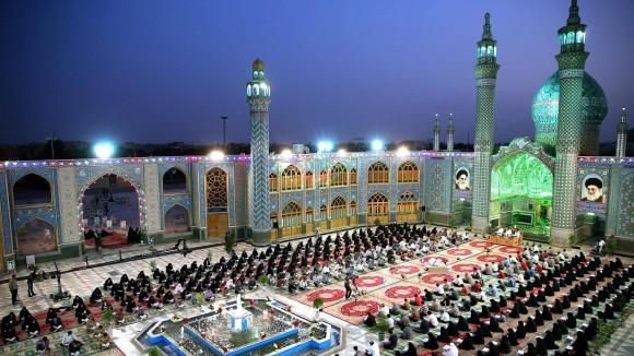 Musulmanes recitan versos del Corán en el santuario de Mohammed Helal Ibn Ali, en Aran va Bidgol, unas 140 millas (225 km) al sur de Teherán, en Irán. Este mes se celebra el Ramadán, el mes sagrado del calendario islámico, en el que los musulmanes ayunan desde el alba hasta la puesta del Sol. Foto: AP