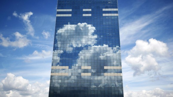 Las nubes son reflejadas en la torre Midi, sede de la Oficina Nacional de Pensiones, en Bruselas, Bélgica. Foto: Reuters